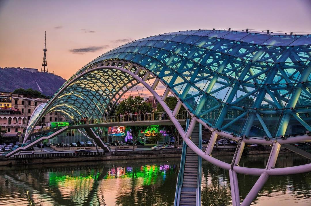 جسر السلام في تبليسي - اماكن سياحية في جورجيا تبليسي